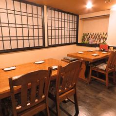 入り口左手側通路の奥にあるテーブル席は、落ち着いてご飲食をお楽しみいただけます◎
