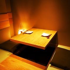 【桔梗(ききょう)の間】お忍びデートにお勧めの珍しい2人用の掘りごたつ式の席です。落ち着いた雰囲気の中でお食事をお楽しみいただけます。(完全防音ではありません。)