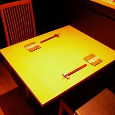 ≪三軒茶屋駅より徒歩3分!和食居酒屋『ごしき』お席情報【テーブル2名様】≫店内の奥側角のテーブル2名席。まったりと寛ぎ頂けるお席です。デートや会社の同僚、友人様とご利用下さい。三軒茶屋エリア随一の和食居酒屋『ごしき』で、地酒や定番の銘酒、築地から仕入れる旬の海の幸などを使用した本格和食をご堪能下さい。