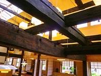 移築した古民家の梁が見える天井。