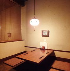 落ち着いた雰囲気の半個室席でゆったりと個室感覚で宴会をお楽しみ頂けます。2名様から最大4名様迄の宴会が可能です。デートや接待などにおすすめです。掘りごたつのお席ですので靴を脱いでゆったりとお料理とお酒をご堪能ください。日本酒は全国の銘酒を豊富に揃えております。お刺身とご一緒にご堪能くださいませ。