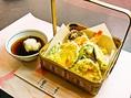 天ぷらは衣サクサク。天つゆをつけてお召し上がりください。