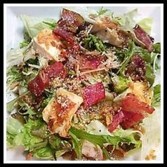 カリカリベーコンとカマンベールのサラダ