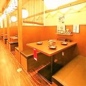 【北新地駅徒歩3分★串カツと本場大阪の味が自慢の居酒屋「からさき」の店内・お席のご紹介】大阪名物の元祖串カツを!にぎやかな店内には雰囲気にピッタリの提灯がズラリと並んで気分を盛り上げてくれます♪下町の明るい雰囲気を再現した店内でサクサクの串カツとビールで乾杯!