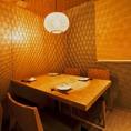 【夷草(えびすそう)の間】接待にお勧めのテーブル個室です。落ち着いた雰囲気の中でお食事をお楽しみください最大4人までご利用いただけるお席です。(完全防音ではありません。)