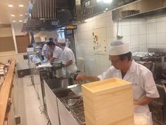 「天ぷらは蒸し料理」とも言われています。下の一色で揚げ場に立つことを許されたのは、この原理を理解し、ネタを生かす技術を持った揚げ人だけなのです!!揚げ人の料理がみられるカウンター席でご賞味ください。