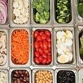 新鮮な野菜とサイドディッシュをご用意。ホルモンやお肉はもちろんバラエティ豊かなサラダバーを是非お楽しみ下さい。※全てのセットにサラダバーがついてます。