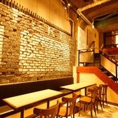 何名様でも使いやすいテーブル席★レンガの壁と間接照明がおしゃれな店内。広々とした店内でゆっくりお食事をお楽しみください♪