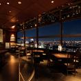 天気の良い日は、東京の名所を一望できる大きな窓が特徴のテーブル席がございます。どの席でも絶景を望めるように工夫されたお席で、お食事をお楽しみ下さい。
