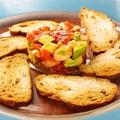 料理メニュー写真とろサーモンとアボガドのタルタル