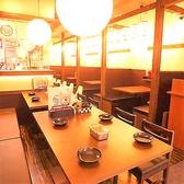 【北新地駅徒歩3分★串カツと本場大阪の味が自慢の居酒屋「からさき」の店内・お席のご紹介】4名様テーブルですが、繋げれば大人数様でもご一緒にお食事して頂けます◎自慢の串カツ食べ放題でご宴会をどうぞ♪駅近なので終電の心配も必要なし!