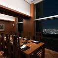 大切なお取引先との接待や会食にもご利用いただける洋テーブル形式の個室をご用意いたしました。高さのある天井が、ゆとりのある空間でお客様をお迎えいたします。