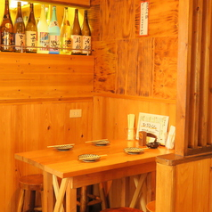 内装のこだわり…木目調の椅子、テーブル、壁となっておりますので、とても落ち着きのある空間です☆