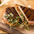 """八王子産の全粒粉小麦を使用した自家製バンズと牛肉100%の特製パテを挟んだ特製""""ヨコヤマバーガー""""は当店イチオシのメニューです♪ランチタイムはもちろん、ディナーの〆の逸品にもお召し上がりください♪"""