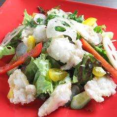 たこの唐揚げと新鮮野菜のサラダ