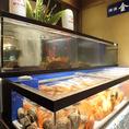入口横の生簀には貝が詰まっております!!