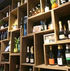壁一面に、オブジェのように並んだワインたち