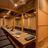 掘りごたつの個室は30~36名様でご利用いただけます。壁や扉もあるので、周りを気にせずにお使いいただけます。当店では日本酒や焼酎、ワインなどの持ち込みもOK!上司のお好みの銘柄や、取引先からの贈り物などもご一緒にお楽しみください。