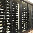 1000本収容可能な大型ワインセラーを備えております。希少なワインや国内での取り扱いが少ないワインまで、様々なワインをご提供いたします。