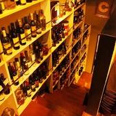 【2階に続く階段…】階段の壁にはぎっしりワインが並んでいます。自慢のワインを眺めながら登ると、雰囲気抜群の2階席が♪