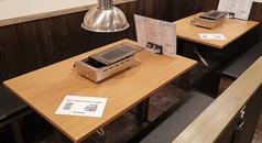 【テーブル席】4人掛けを8卓ご準備しております!壁際の席は隣り合っているので複数のテーブルでもお楽しみいただけます♪