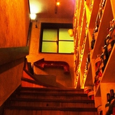 1階から階段を上っていくと…おおきな矢印が出現します。右手には、ワイン棚が♪自慢のワインがずらりと勢揃い。お客様をお出迎え!
