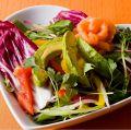 料理メニュー写真ラブサラダ[グリーンサラダがベースです。お好み具材2種を選んでベストカップルに]