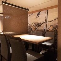 広々空間の1階テーブル席はリラックスできる小上がりに