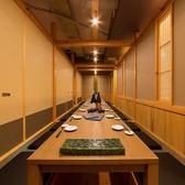 9名~12名様くらいまでの個室です。部署単位での宴会等におすすめです。博多駅博多口から徒歩3分と集合解散に便利な好立地。全国各地の日本酒やワインも豊富に取り揃えております。炭火焼きや創作料理をぜひご賞味ください。