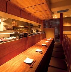 お忍びデートにオススメのカウンター席です。料理人が料理を作っている姿を見ることが出来ます。落ち着いた雰囲気の中で料理を楽しむことが出来ます。