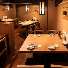 テーブル席は4名様~。人数に合わせて最適なお席をご案内いたします。店内は過ごしやすい落ち着いた照明とおでんの香りに誘われてついつい長居してしまう空間。