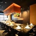 【鉄板カウンター:12席】目の前でシェフが調理する様子をお楽しみ頂けます。ディナーデートやご友人同士のお食事などにご利用ください。