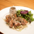 料理メニュー写真鶏モモの鉄板焼き