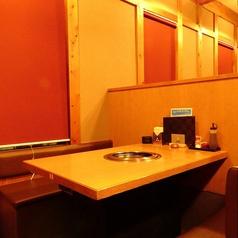 半個室風のテーブル席・2名用なので、二人だけのゆっくりとしたお食事が愉しめる。ご夫婦・カップルや友人同士のお食事に◎
