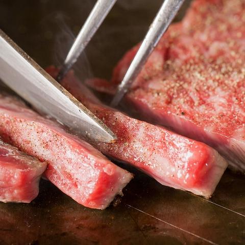 神戸牛・三田牛や神戸ならではの新鮮な魚介類を目の前の鉄板で豪快に焼き上げます!