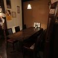 【半個室】4~6名様まで対応のテーブル席。ロールカーテンで仕切られているので、プライベート空間をご堪能頂けます。隠れ家的な雰囲気のあるお席として常連様にも大変人気なお席となっております。