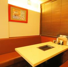 片側ソファーのテーブル席は1卓4名様までご利用いただけます。2卓並んでいるので8名様までの小宴会にもピッタリ!記念日や接待などの、スペシャルなシーンでのご利用にも。