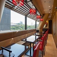 開放的な窓際のお席でお食事をお楽しみいただけます☆