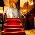 階段はウエディングパーティーの入場を演出