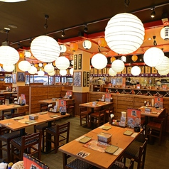 【大阪×新世界×歓迎会・送別会】日本一の串カツ横綱通天閣店の1階は居心地の良い空間が広がるオープン席。活気あふれる大阪の風景をお楽しみいただきながらお食事をお召し上がりください。店名の通り1本1本、本当にこだわりながら造り上げる串カツは一口、また一口とついつい食べ過ぎてしまう美味しさです。