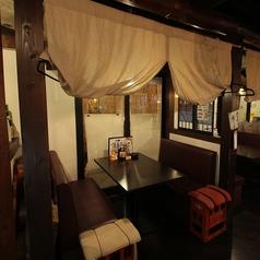 【テーブル】2~4名様用のゆったりテーブル個室でございます。大切な方とのプライベート空間としてご利用ください。