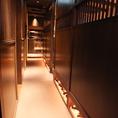 ■廊下■入口から奥に進んでいきます♪黒塗りの格子がなんとも乙な大人空間♪全部で【約90席】ご用意しております。