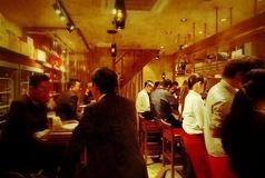 一階のテーブル席とカウンター席ですよ♪♪実は男性サラリーマンの御来店も以外と多いんです♪♪♪けっこう、カウンター席はカップルに人気なんです!!名古屋 名駅 イタリアン 居酒屋 バル バール 誕生日 女子会 肉 ビアガーデン カフェ 飲み放題 付きコース