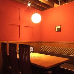 4名様~ご利用可能なテーブル個室も人気です。当店自慢の料理とラインナップ豊富なドリンクと共に普段以上に会話が弾む楽しいお酒の場をご提供します!【大宮 焼肉 しゃぶしゃぶ 居酒屋 女子会 個室 貸切】