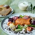 """◆東京の人気フレンチ「シンシア」のスペシャリテ◆予約が取れない東京の人気フレンチ「sincere(シンシア)」のスペシャリテである【""""たい焼き""""風の魚のパイ包み】をのせたガーデンプレートをお楽しみ頂けます。カジュアルに立ち寄れて、本格的で美味しいお料理を楽しめるお店です。"""