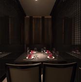 コンセプトカラーの黒と白を意識したテーブル席。雰囲気のあるお席でごゆっくりお寛ぎください。