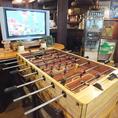 テーブルサッカー台が店内中央に♪みんなで一緒に盛り上がろう!TVモニターを計4代設置!!スポーツ観戦も可能で、お店をあげてイベントをするときも☆お店の中央には、レトロなテーブルサッカー台があり、みんなで一緒に盛り上がれること間違いなし♪