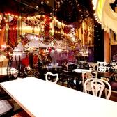 チェシャ猫のダンスフロア 2名様~7名様用のテーブル席は、カスタマイズ次第で最大22名様までOK!