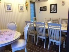 10名座ることのできる白いテーブル席。店内奥の部屋にあり、ここでミーティングや友達と貸切って使用することができます。カワイイ小物や装飾は女性にも大人気!