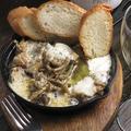 料理メニュー写真鶏ももとモッツアレラチーズのアヒージョ
